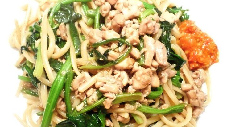 Bami gewokt met Chinese Spinazie, kippendijvlees gehakt met Chan's Oestersaus en Soja saus..Bami gewokt met Chinese Spinazie, kippendijvlees gehakt met Chan's Oestersaus en Soja saus...smakelijke groet, Tammy Wong - Koken Met Specerijen