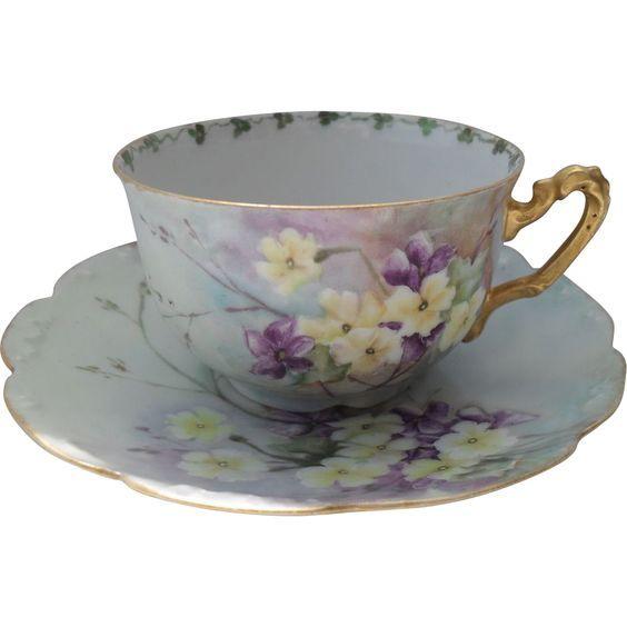 Šálek na čaj * modrý porcelán se zlaceným okrajem a ouškem, s malovanou květinovou dekorací.
