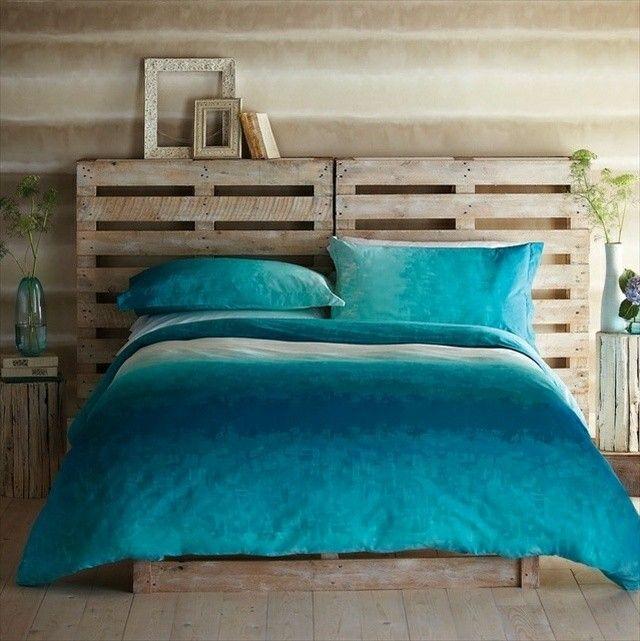 tête de lit palette avec housse de lit turquoise