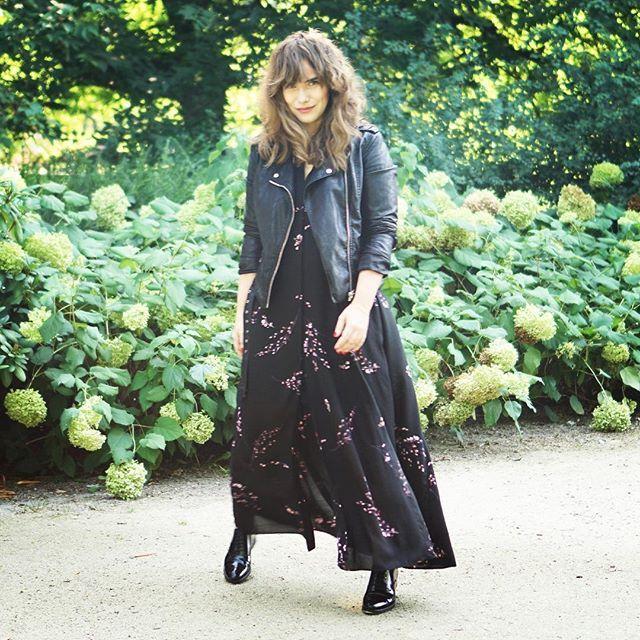 A na YT od rana śmigam w kiecce maksi! chodźcie na nowy #strójdnia ❤️ #radzka #vlogerka #fashionvlogger #youtuber #vlogger #ootd #outfitoftheday #streetstyle #mystyle #maxidress #sukienka #maksi #bikerjacket #wearmedicine #zara #tallinder #oxfordshoes #oksfordy #mensshoes #cool #polishgirl #wroclove #jesień #fall #hair #boho #uwielbiam #happy