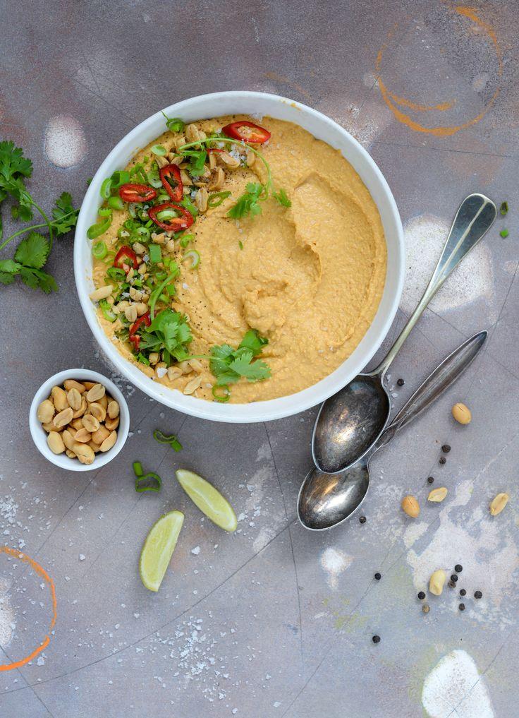 Thai peanut hummus er måske din nye favorit hummus. Den er lækker, cremet og fyldt med alle de gode smage fra det thailandske køkken.