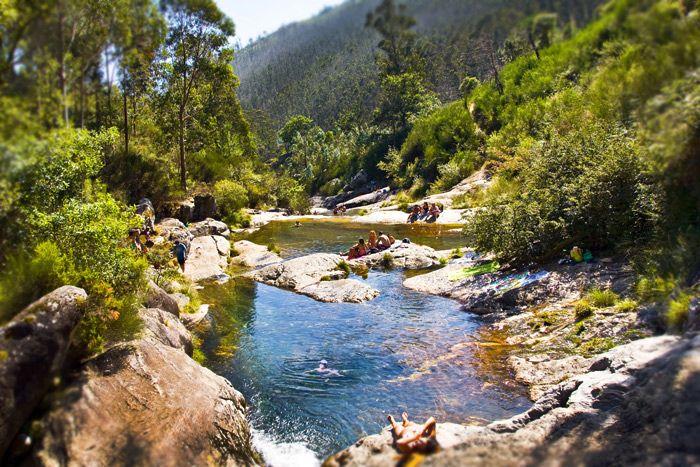 ¿Qué tal pegarse un baño en las piscinas naturales del río Pedras en A Curota? Una visita imprescindible. #Galicia #turismo