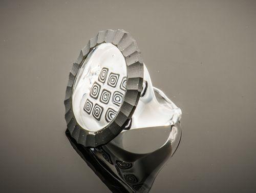 Zwart-witte glazen ring. Venetiaans glas, een mooie eye catcher aan uw vinger.