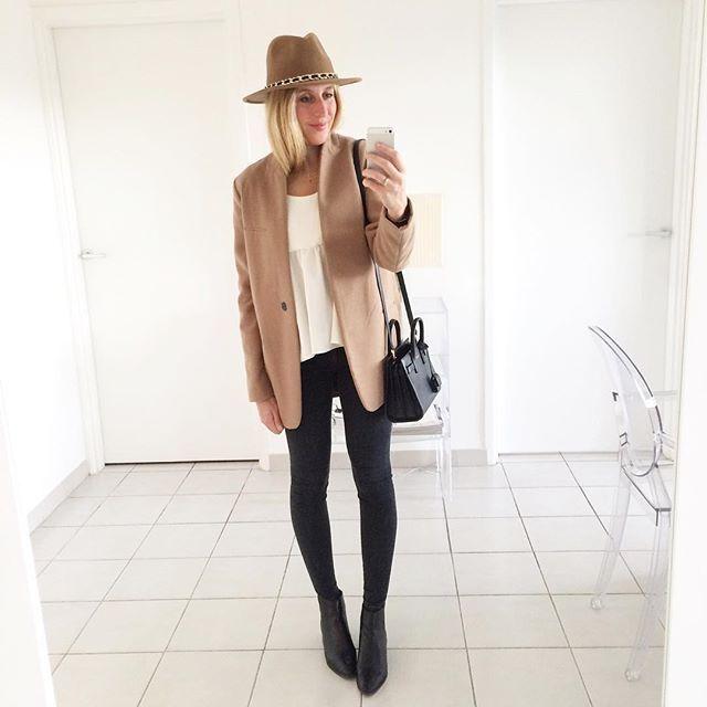 C a m e l  C o a t #outfit #todayimwearning • manteau (new co) #zara • blouse #songe_lab • jean (new co) #mango • boots #zara • chapeau #zara • sac #baby #sacdejour #saintlaurent  Le manteau Camel à la coupe minimaliste est de retour sur l'eshop 👌🏻