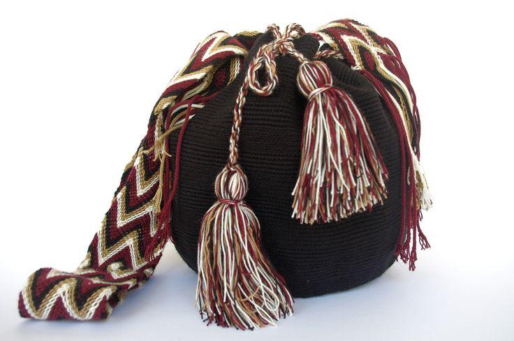 Die Arbeitszeit der Wayuu Weberin beträgt zwischen 10 und 15 Tagen. Indem Sie diese prächtige Umhängetasche erwerben, leisten Sie einen wertvollen Beitrag zum Erhalt der indigenen Kultur der Wayuu im Nordosten Kolumbiens.  Material: 100 % Baumwolle