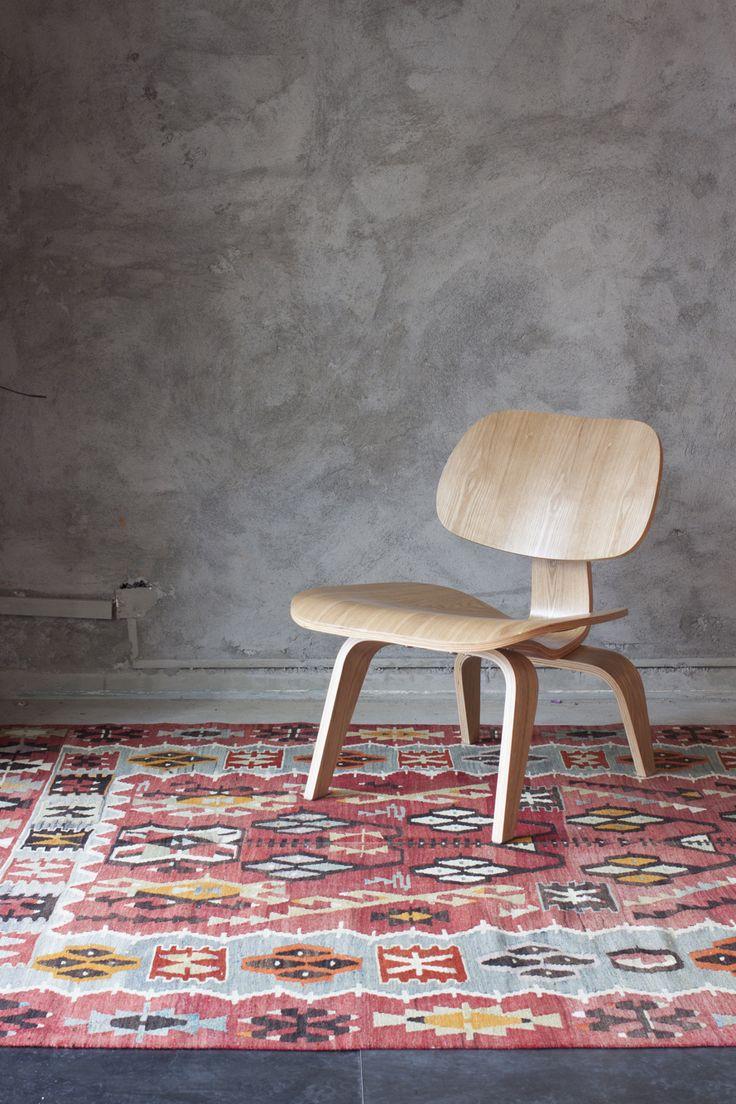 Te encantan las alfombras? Acá un lindo Kilim Esme de 40 años disponible en nuestro showroom. Te esperamos!