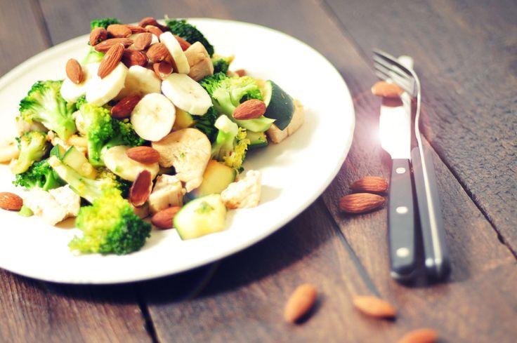 Kip met groenten, banaan en amandelen
