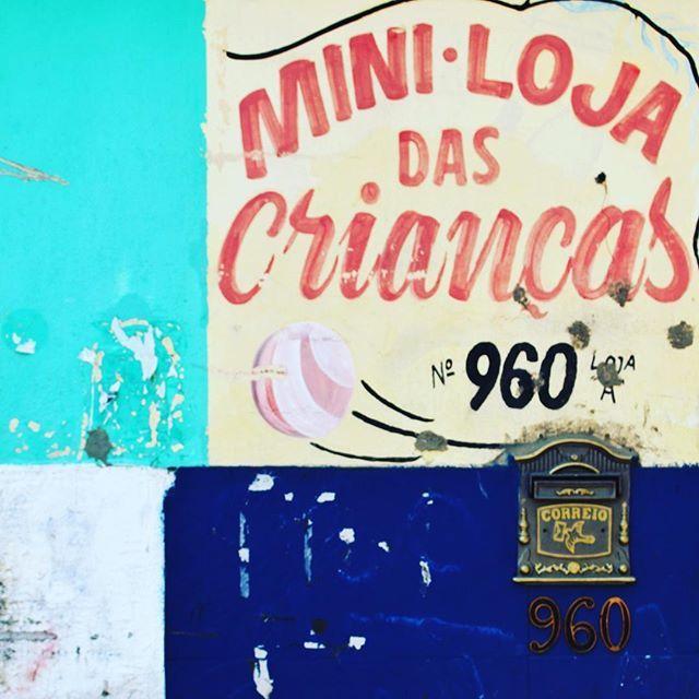 Minimal Vidigal, Brasil shoot by@laciudadalinsta   #brasil  #instabrasil #sudamerica #vidigal #fachada #facade #instagood #brazil #instagramriodejaneiro ✌️