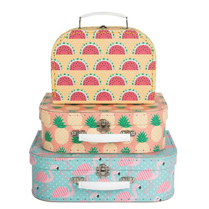Tre fina resväskor för barn i olika storlekar i pastell färger med motiv av ananas, flamingo och vattenmelon.  Resväskor är fin inredningsdetalj och förvaring i barnrummet. Passar även bra till resan.  Fakta Tre resväskor ingår. Väskorna ryms i varandra. Storleksmått: 10 x 21 cm, 17 x 23 cm och 20 x 29 cm. Material: kartong. metall och konstläder.
