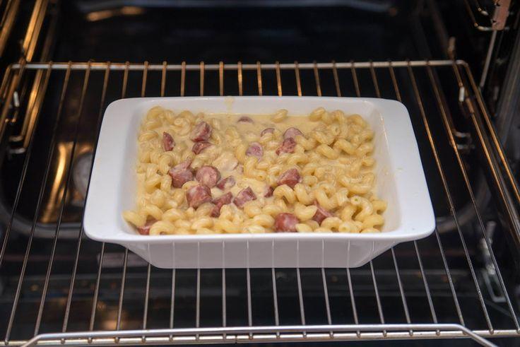 Запеченные макароны с сыром и колбасками