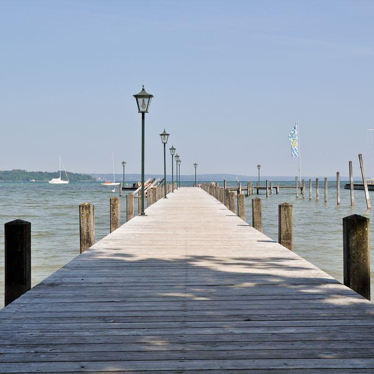 Beliebter Steg zum Sonnen und Baden im Starnberger See bei Seeshaupt