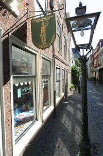 Klik op het plaatje voor een grappig blogje over boekwinkels in Leiden.