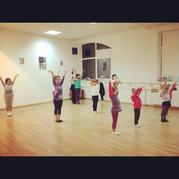 Cursuri de dans pentru copii marti fi vineri de la ora 17:00 grupa începători http://www.stop-and-dance.ro/cursuri_dans_pentru_copii.html