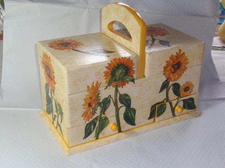 Mobiletto portalavoro decorato con girasoli a decoupage con carta di riso