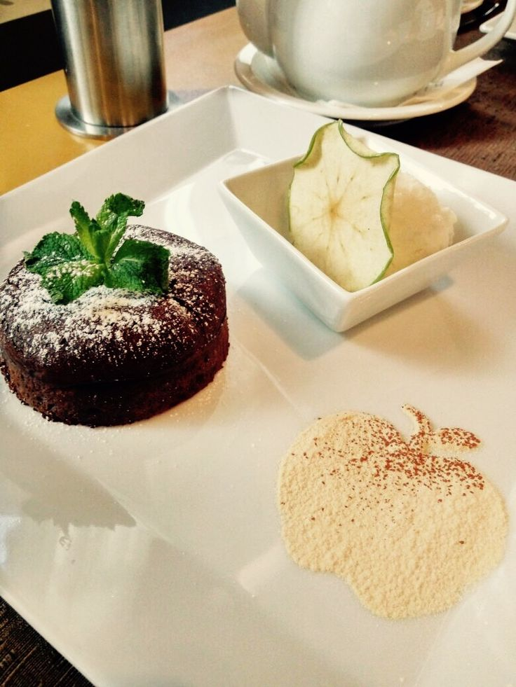 """Дорогие друзья!  Мы приглашаем Вас в #AppleBar на изысканный французский десерт """"Шоколадный фондан"""". Как и в классической подаче - мы всегда подаем шарик сливочного ванильного мороженого и как напоминание о #goldenapple - cлайс зеленого яблочка. Всем отличного июльского денечка!  #moscowrestaurants #fondantauchocolat #bestdesserts #vanilla #vanillaicecream #moscowcentre #ужиндлядвоих #романтическийвечер #сладкоенадесерт #чашкакаппучино #летнийедень #нетдиете #enjoylife Dear Friends!  We…"""