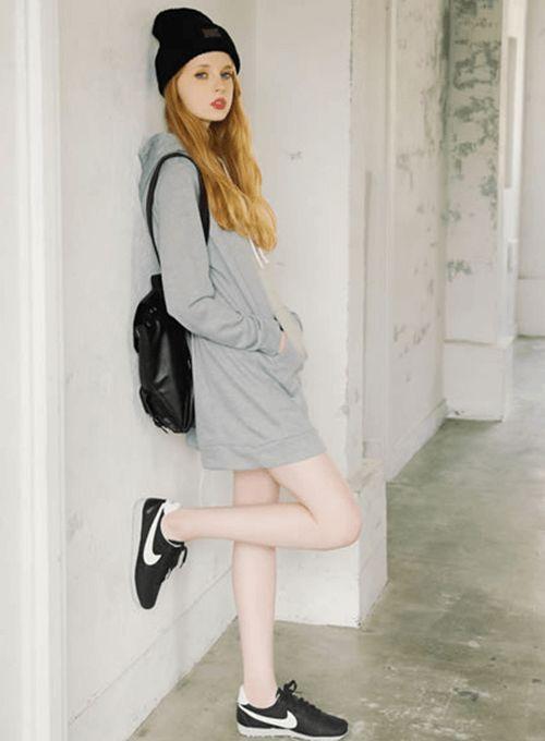 スニーカーと合わせれば今すぐ遊びに出かけられる☆おしゃれなパーカーワンピのコーデ♡スタイル・ファッションの参考に♪
