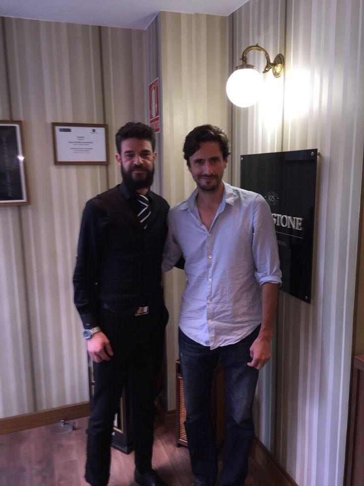 Juan Diego Botto> nuevo #FriendBlackstone en nuestro Salón de Lagasca 101 (Madrid). El actor, y amigo, no se ha querido perder la experiencia que se vive en manos de nuestros expertos en #barbería y #peluqueríamasculina. Y tú, ¿te la vas a perder? ¡Te estamos esperando, no tardes! #EstiloBlackstone