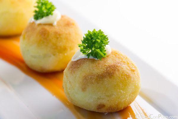 Bomba de Patata - Receta paso a pasoj. Buenisimas el pure de patata hecho en thermomix. Tiene que quedar denso para poder manejarlo y esperar a que enfrie para formar las bolas. Relleno de chorizo y carne de ternera con cebolla previamente pochada