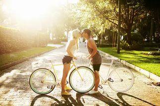 Лайфхак: парки в Петербурге, куда пускают с велосипедом  Официальных велодорожек в городе не так уж и много, а по дорогам общего пользования велосипедисты ездят с опаской. Есть вариант отправиться в велопрогулку по петербургским зеленым зонам. Там и красиво, и спокойно, и удобно. Да только не во все парки пускают с двухколесным другом. Поэтому мы выбрали те, куда можно и даже нужно съездить покататься.  Среди благоустроенных городских велодорожек найдутся и те, что пролегают по зеленым…