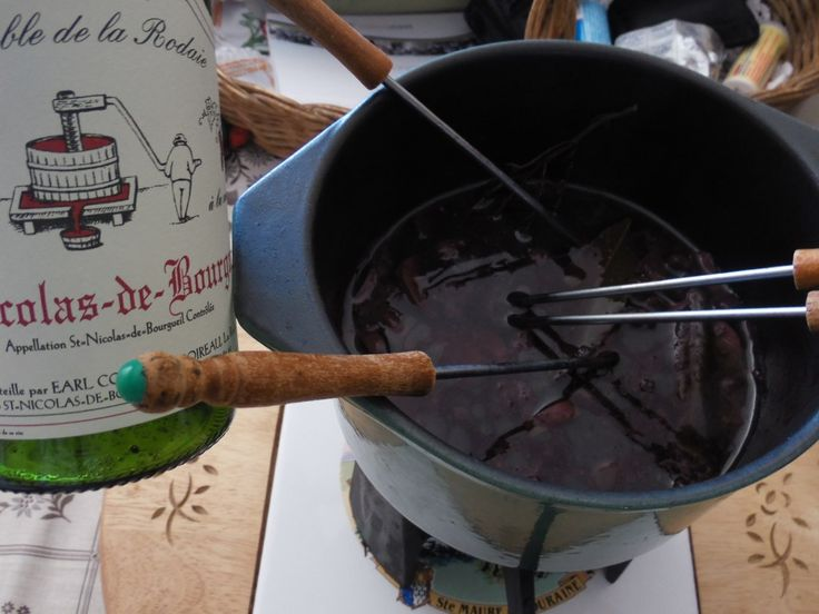 viande, vin rouge, champignon, lardons fumés, cube de bouillon, cube de bouillon, cumin, épice, thym, feuille de laurier, poivre...
