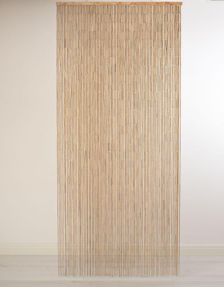 Naturfärgat bambudraperi till dörrar och fönster. Bambudraperiet har två byglar i överkant så att det lätt kan hängas upp.