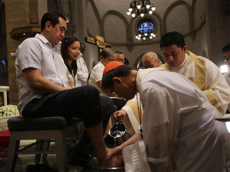 GALLERY: Cardinal Tagle washes kisses feet of faithful at Manila Cathedral Manila Archbishop Luis Antonio Tagle washed the feet of Commission on Elections officials and representatives of youth women religious sisters and people with disability at the Manila Cathedral on Thursday.