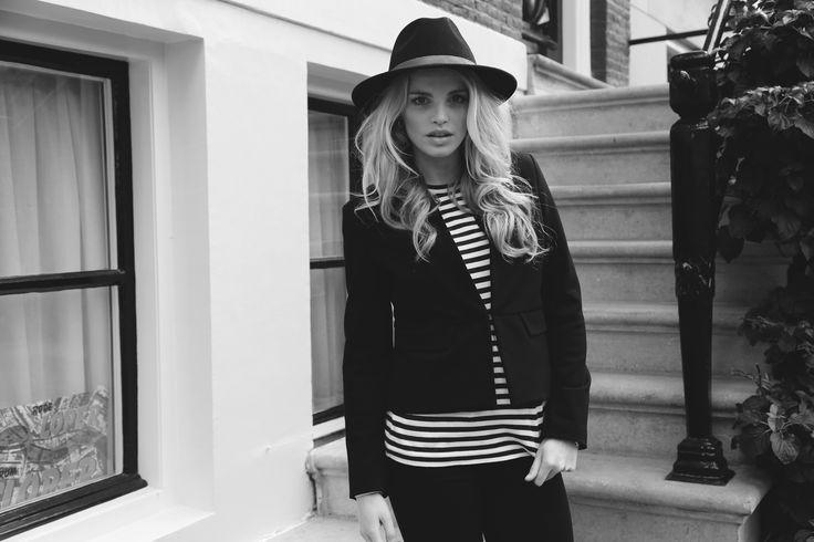 Bardot Blazer van Atelier des Femmes gecombineerd met een jeans van Cotton Cake