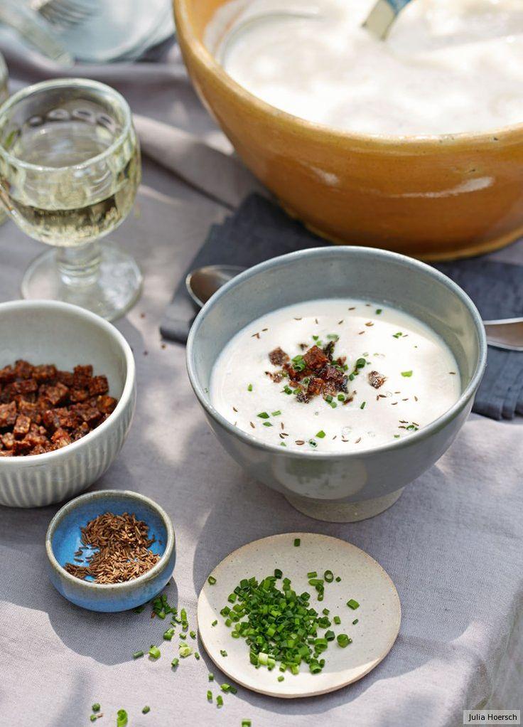 Schwarzbrot-Croûtons und Kümmel toppen die cremig-frische Suppe. Lässt sich ganz toll vorbereiten!