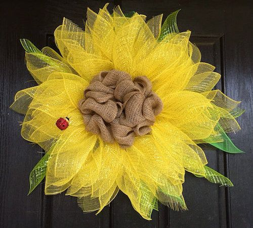 How to Make a Summer Wreath via @howtomakeaburlapwreath.com #MerryMonday #diy
