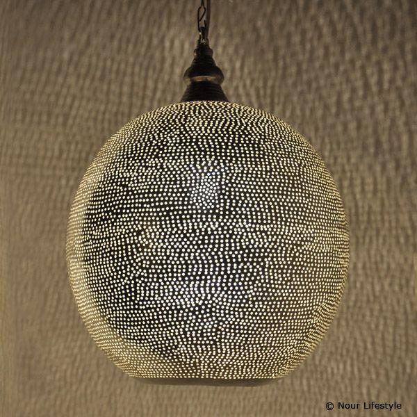 Egyptische hanglamp Arwa, lamp in bolvorm, verzilverde lamp met gaatjes patroon en ronde opening aan de onderkant. - www.nourlifestyle.nl