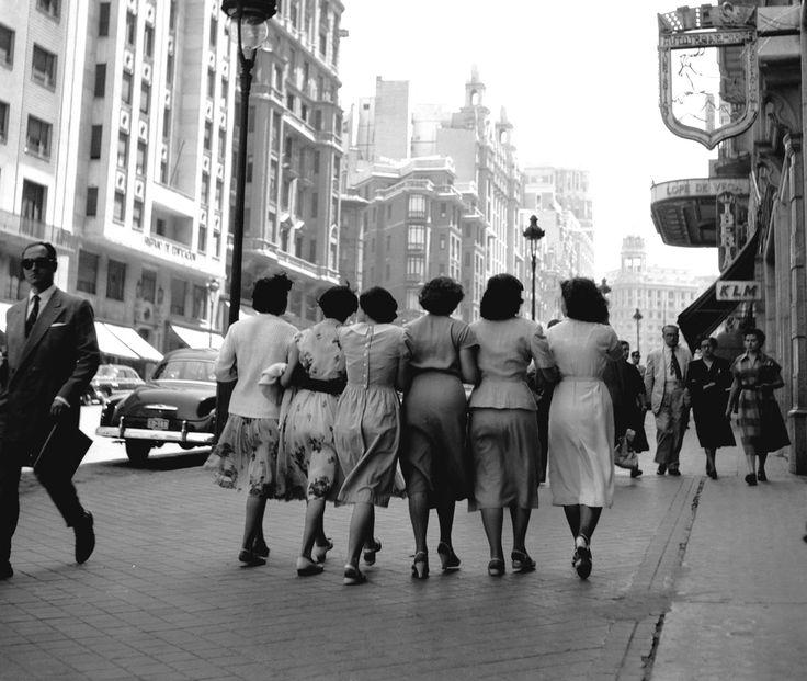 Señoritas por la Gran Vía, Madrid, ca. 1959. © Herederos de Francesc Català-Roca / Colegio de Arquitectos de Barcelona