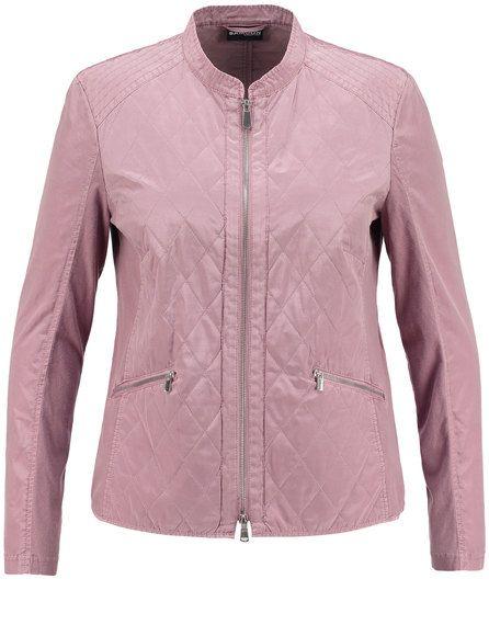 Een lichtgewicht mode plezier! De dunne indoor gewatteerde jas gemaakt van fijn glinsterende microfiber maakt met comfortabele geribde jersey details ... Bekijk op http://www.grotematenwebshop.nl/product/mooi-indoor-stepp-jasje/