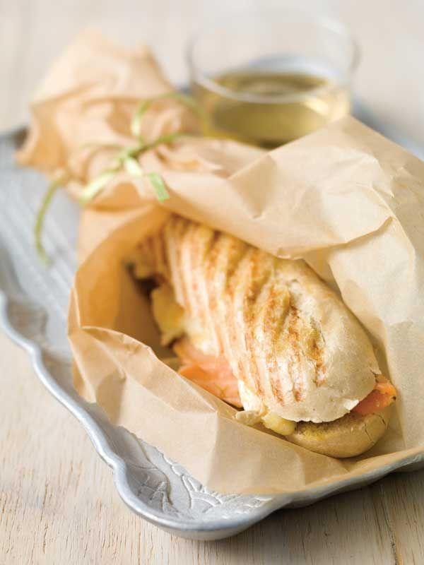 1. Snij het broodje net niet doormidden. Bestrijk met groene pesto en schik de zalm erop. Verdeel de brie erover en vouw het broodje dicht. 2. Druk tussen de grillplaten tot de kaas gaat smelten.