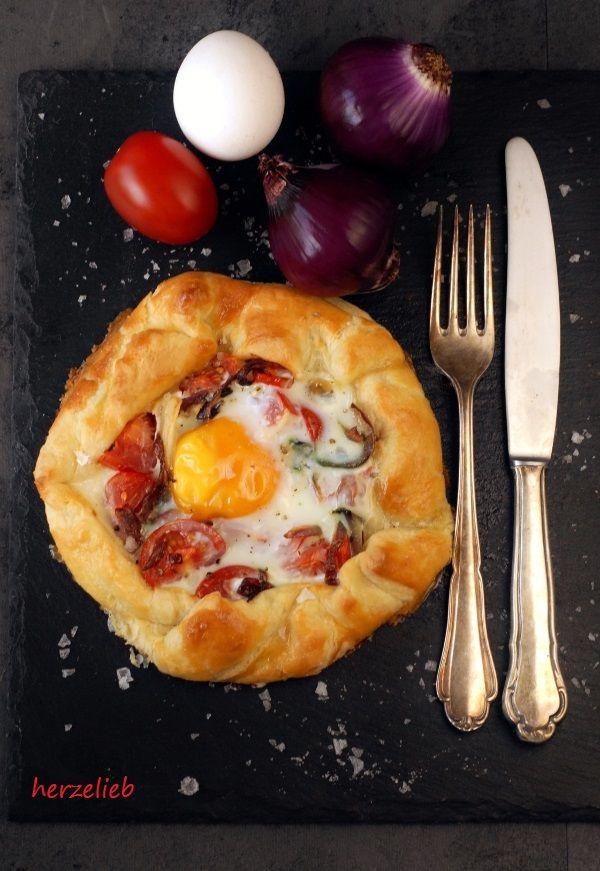 Rezept für herzhafte Galette. Tomate, Zwiebeln, Ei und Mürbeteig.