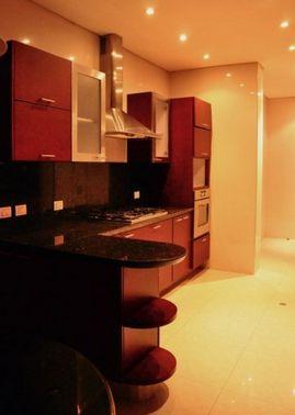 Este lindo apartamento en el sector mas exclusivo de cabrera cuenta con hall de alcobas, 3 habitaciones cada una con baño, 242 M2 + 15 M2 en dos balcones, 4 piso, comedor, sala, studio sala, pisos en madera, altas especificaciones de seguridad, gimnasio - turco - sauna, jaulas de golf, salones comunales, juegos de niños. Mas información y fotos en: http://www.clasinmuebles.com/properties/bogota/lindo-apartamento-en-sector-exclusivo-622.html