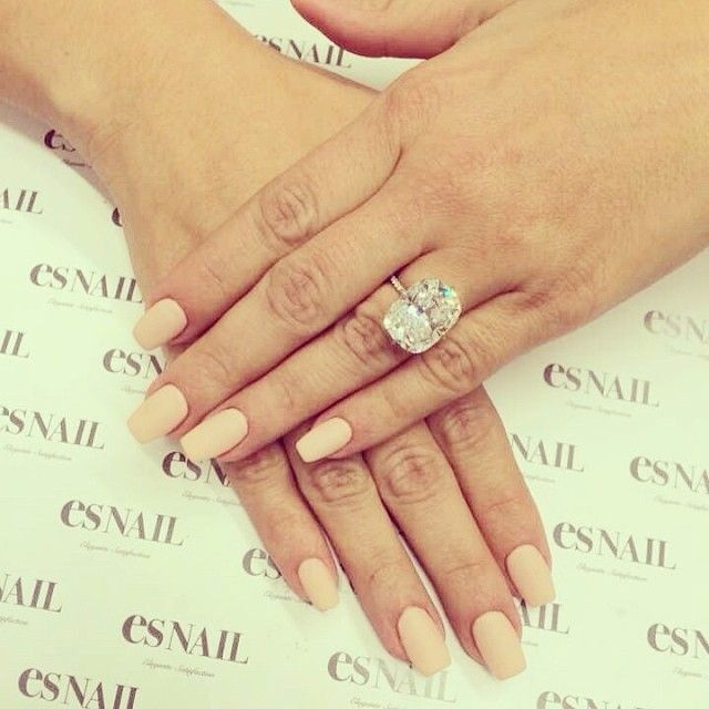 「Light pink and glitter base w/ V lines nails♬」の画像|esネイル・…