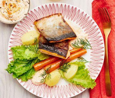 En elegant och lättlagad middag som består av en ljuvlig fjällröding som får sällskap av en delikat romsås gjord på crème fraiche, röd caviar och färsk dill, ett klassiskt tillbehör som slår det mesta smakmässigt. Servera fisken med ångande nykokt potatis och en fräsch grönsallad och något gott att dricka till. Smaklig spis!