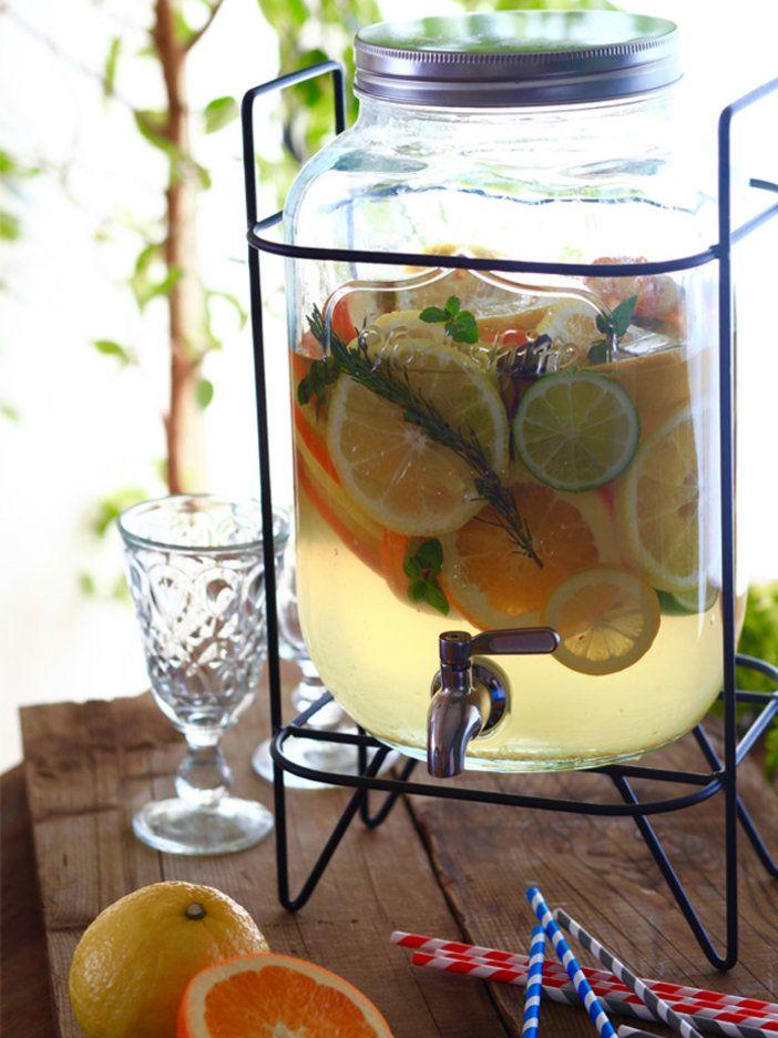 数種の柑橘とハーブに、水を注ぐだけで完成! ガラス製ディスペンサーに入れたら、見栄えもおしゃれに仕上がるので、パーティの主役級ドリンクに。|『ELLE a table』はおしゃれで簡単なレシピが満載!