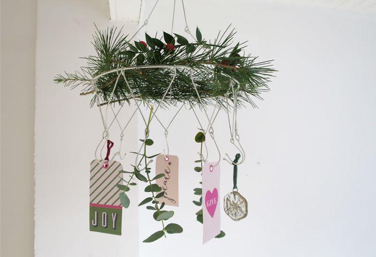 Etendoir en fer blanc patiné pour faire sécher herbes aromatiques, lavandes ou autre fleursTrès décoratif dans une cuisineDiamètre 25cmMétal blanc9 crochets + 1 pour accrocher mur