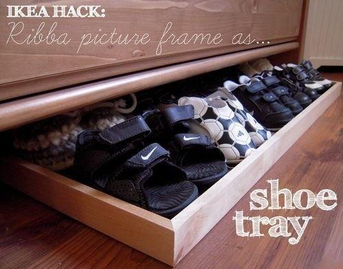 Benutze einen RIBBA-Bilderrahmen als Auszieh-Schuhablage unter der Kommode. | 37 clevere Arten, Dein Leben mit IKEA-Sachen zu organisieren