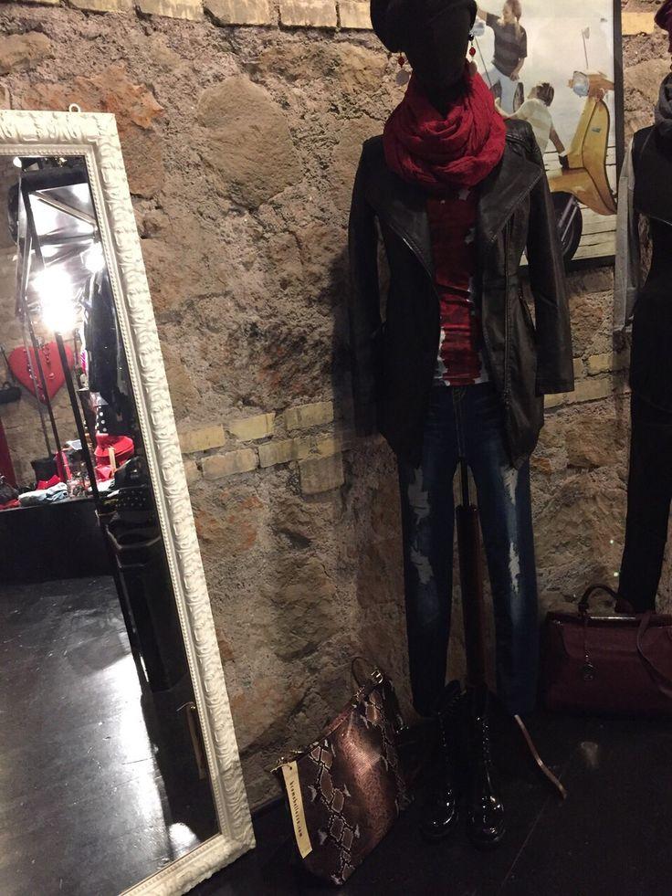 Outfit composto da giubbino nero, sciarpa rossa, scarpe in vernice e borsa pitonata.   #Roma #shopping #outfit #bcomebellezza
