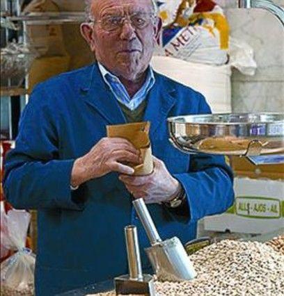 Eugenio Gámez, propietario Legumbres Gámez, una de las paradas históricas del mercado de Montserrat, propone un plato sano y, además, económico en estos tiempos de apretarse el cinturón.  INGREDIENTES ( 4 personas)  400 gramos de judías de oro Una berenjena  Dos calabacines  Un pimiento choricero  Una cabeza de ajos  Un nabo  Una cebolla  PREPARACIÓN  Poner las legumbres a remojo de 10 a 12 horas. Lavarlas y reservarlas. Pelar la berenjena y cortarla a cuadrados. Hacer lo mismo con el ...