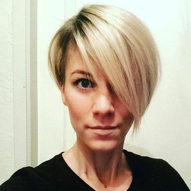 Hast Du braune Haare oder überlegst, ob Du Deine Haare in Kürze braun färben solltest? Dann musst Du Dir unbedingt diese Frisurbeispiele von schönen weiblichen und dunklen Kurzhaarfrisuren mit blonden Highlights anschauen. Die blonden Strähnchen verleihen Deinen dunklen Haaren mehr Tiefe und Du kreierst einen natürlichen Look. Braun und (gold)blonde Highlights sind eine tolle Kombination …