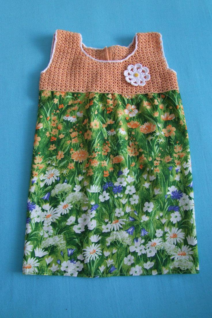 """Kvetoucí louka (oranžový vršek) Dívčí letní šatičky """"Kvetoucí louka"""". Jsou velmi pohodlného střihu, krásně sedí, na zádíčkách zápínaní na knoflíčky. Vršek je háčkovaný. Vpředu je našitá háčkovaná květinka. Sukýnka je z příjemné bavlněné látky. Délka od ramene: 54 cm Šířka pod průramky: 31 cm Ráda uháčkujina objednávku dle vašich požadavků ..."""
