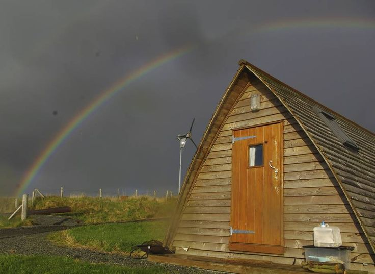 Blockhütte in Linicro, Vereinigtes Königreich. A glamping wigwam. Ideal for a family of 4, or 3 adults to share. Part of Whitewave: Skye's Outdoor Centre, this scenic destination is perfect for friends, couples and families wanting to make the most of the surrounding landscape.  Shared toilet,...
