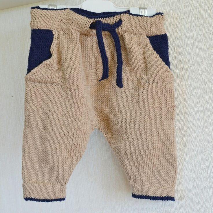 Babys knitted harempants.