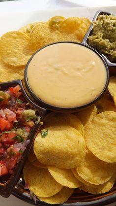 Salsa de queso, salsa de tomate mexicana y guacamole. Te apuntan las 3 recetas desde el blog EL RESTAURANTE DEL FIN DEL MUNDO.