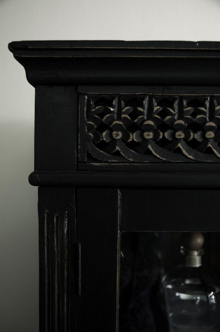 Detalle de vitrina de madera restaurada by BERKANA Shop