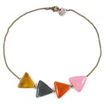 De driehoek is een krachtig symbool wat veel voorkomt in Aztec-uitingen die je nu veel ziet. Het figuur staat voor kracht, vrouwelijkheid en moederschap. De gebruikte driehoekkralen zijn van handgemaakt keramiek. Het is een heel eigentijds én mooi symbolisch sieraad.Bekijk hiervoor 'how to wear inspiratie' trendreport #04: de In...