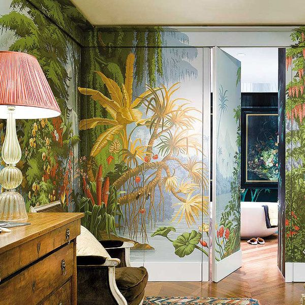 En la casa londinense del fundador de la firma de papeles y telas De Gournay, cada habitación nos sumerge en exóticos o evocadores paisajes pintados a mano. Lo que empezó como una búsqueda personal...